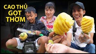 Cậu bé bán thơm, chị Tưởng choáng váng trước khả năng gọt thơm của Quốc Chiến | QUỐC CHIẾN TV