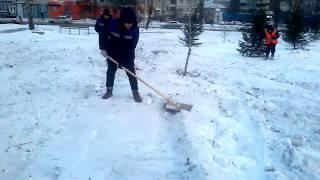 Рабочие ровняют снег в сквере Красноярска перед приездом Путина