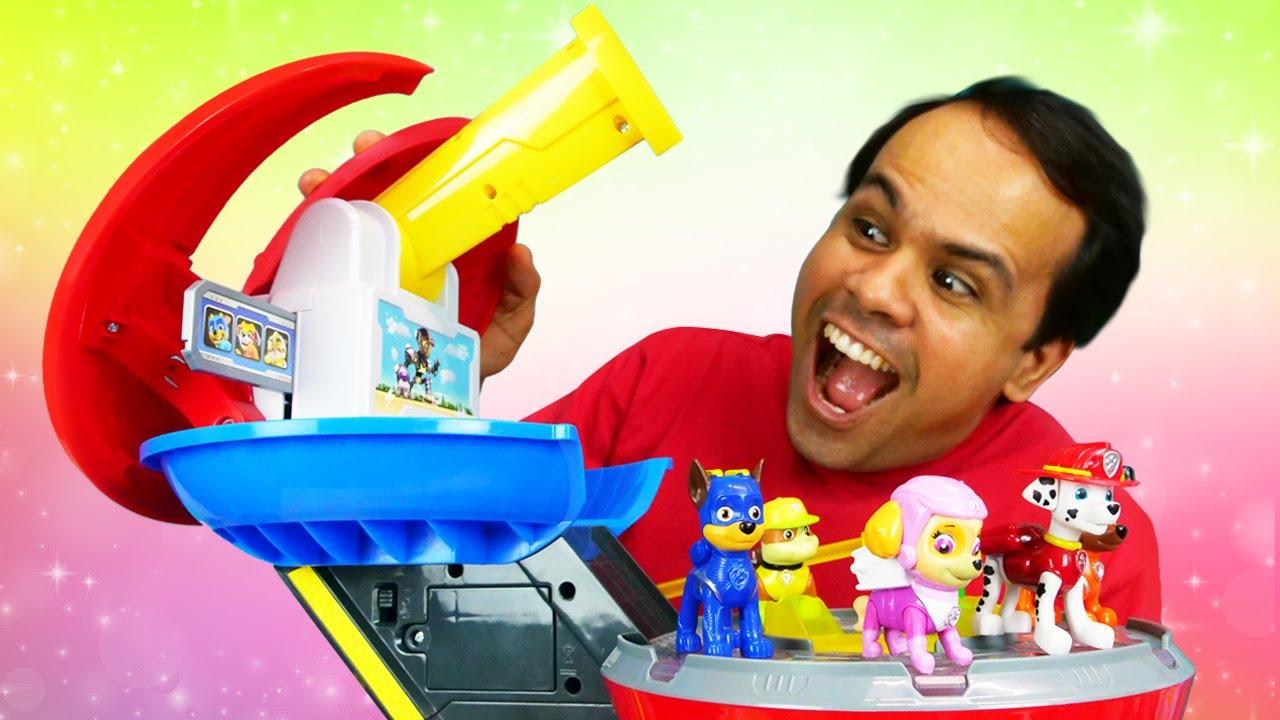Vamos ver a nova base de Paw Patrol! História infantil com brinquedos em português