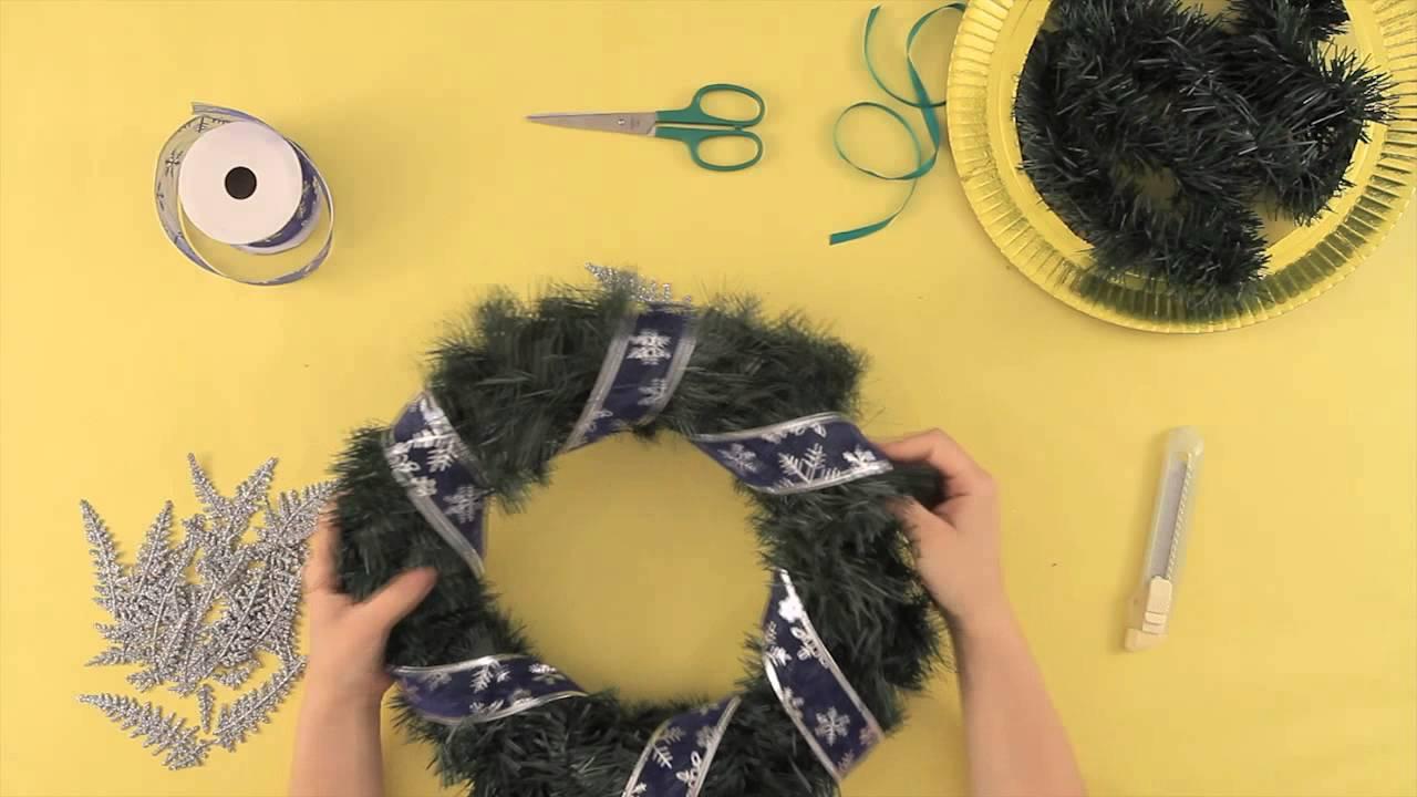 C mo hacer un adorno para decorar tu puerta d for Ideas para adornar puertas en navidad