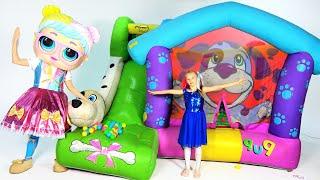 Polina juega en un gran trampolín en el apartamento