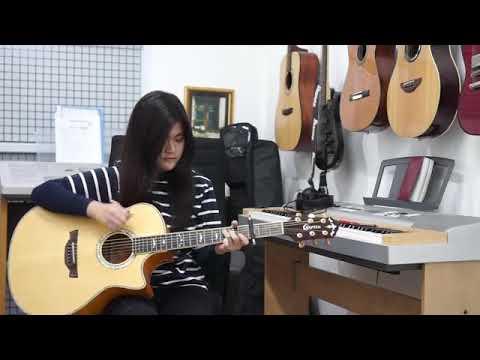 Keren Banget Cewe Main Gitar Lagunya Alan Walker (Alone)