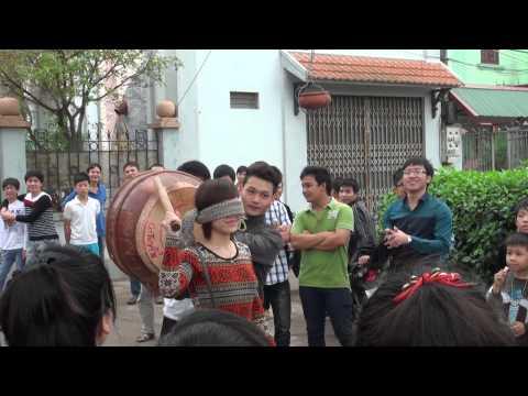 Trò đập niêu đất trong Lễ hội thôn Tiêu Long - Tương Giang ( ngày 17-3-2013 )