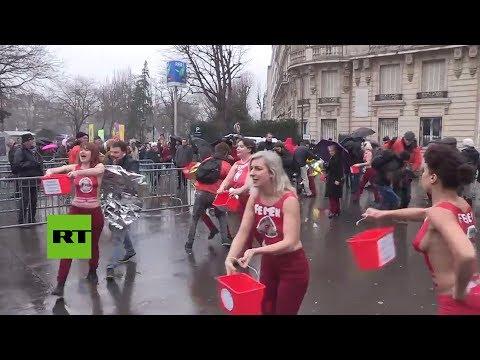 RT en Español: Activistas en toples revientan una marcha antiabortista