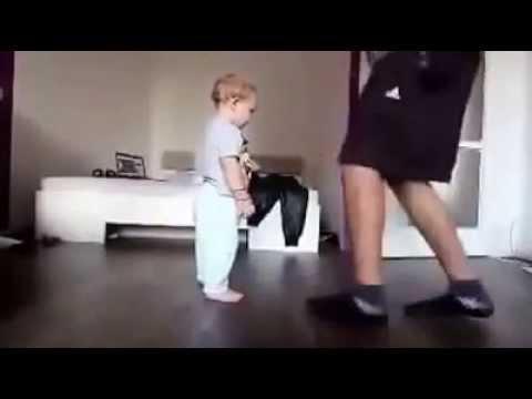 Baby Daddy Dancing  Сын и отец соревнуются по танцам