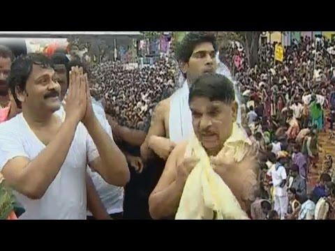 Godavari Pushkaralu 2015 || Chiranjeevi takes Holy Dip in Godavari Pushkaralu