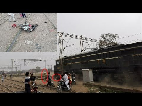 Live Train Accident In Pakistan    Tezgam Express Hit Motor Bike    ZCU-30    Lahore