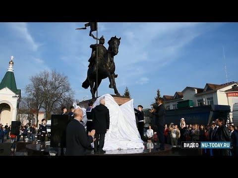 В Новой Усмани торжественно открыли площадь Мира и памятник основателю села