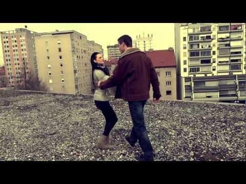 TimPs feat. Matej Prikeržnik - Odpri Svoje Oči ( HD Video ): Spot je bil posnet v Ljubljani. Download Link : http://www.mediafire.com/?fc6wbv23f8d1zbo  Follow Tim Ps: https://www.facebook.com/timpsmc https://www.instagram.com/timpes77/ Snapchat: timpes77  ZAHVALE :  Snemanje in obdelava vokalov : Dominik Isovski Instrumental : Dominik Isovski Artists : Tim Ps - FB Page : http://www.facebook.com/profile.php?id=100002111035348 Matej Prikeržnik - FB Page : http://www.facebook.com/profile.php?id=759652838 Punco je igrala : Polona Faletič Fanta je igral : Matej Prikeržnik Montaža VideoSpota : Jan Vaukman Vauks Snemanje kadrov in kamera : Aleš Hreorešen    ONE LOVE !!!  TEXT :  Part I ( TimPs)  Zaradi nje se spremenu, zaradi nje postau resen, ena napaka bla dovolj je za konec te zveze se unicla ljubezen, katero gradiu sem js mesce a trik je u temu, da jo je unicu en cepec si nasedla, njegovim pogledom, mene odrinla meni govorila, da se kot cas spreminjam a zdej ko me ni vec, zdej naj on skrbi zate a ko te prizadeu bo, takrat ne racunaj name ker js sem biu prasec, kao js sem use kdo te objemau in ljubu, kdo ti je nudu srce ? ko si bla na tleh, solze padale kot dž ko hotu sem ti dobro, meni rekla si mrš zdej me to ne zanima, ker js zdej uživam furam samo dalje, ker usaka picka je ista in vem so mi rekli, da najdu bom novo !!   REFREN :  konec je končano je vse.odhajam zdaj stran. ker vse kar sem ti dal bilo je zaman . grem z nasmehom v nov dan čeprav še vedno rad te imam zdaj ne obstajava več midva ker vsak po svoje sanjava  Part II ( TimPs) Name se sprauljaš, to je tipicno za fante si prišu mi jokat, kako si osamljen pozabi name, kot sem js nate že zdaunaj vem da bi rad, da ti je življenje kakor u sanjah si mogu prej razmišljat, zakaj sem bla taka in nisem js kriva, da šla sem te varat nocem ti fakat, ampak dvigne mi živce ko receš mi to, da use smo mi iste a enkrat bla use ti, danes kao nula govoru si na uho mi da se rad ob meni zbujas me prizadanejo spomini, ampak vem da