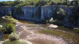 France - Ardèche, la rivière Chassezac entre vignes et falaises secrètes de Casteljau (vu par drône)