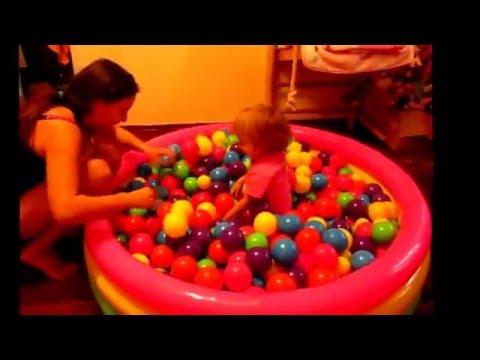 Надувной бассейн с шариками для детей видео играем прыгаем бегаем Playing In A Pool Of Balls