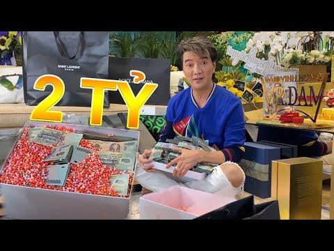 Đàm Vĩnh Hưng đập hộp quà sinh nhật, phát hiện hộp quà toàn tiền mặt trị giá hàng tỷ đồng
