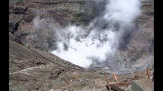 煙を上げる阿蘇山噴火口.