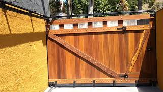 Portão de madeira abrindo em 90 graus automatizador