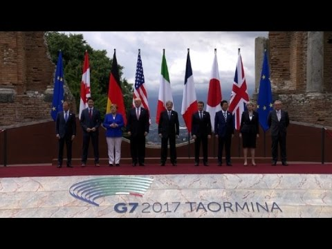 G7 leaders meet, pose for family photo