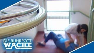 Rollstuhlfahrer stürzt Treppe hinunter! Wurde er geschubst?! | Die Ruhrpottwache | SAT.1