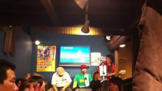 西商店のライブです。ギターがゲスト参加し、かりゆしの夜を演奏してい...