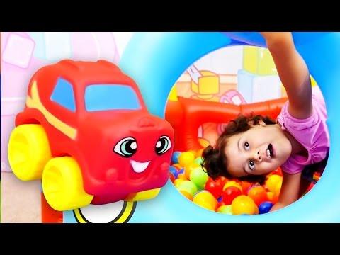 Видео для детей: Шарики с СЮРПРИЗОМ. Бассейн с шариками. Игры для детей