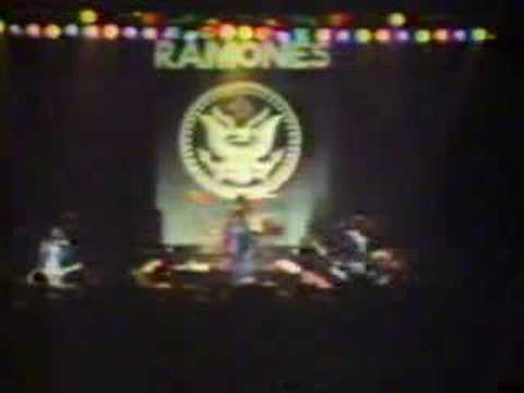 The Ramones - Rockaway beach -1977 - Live at London new years eve