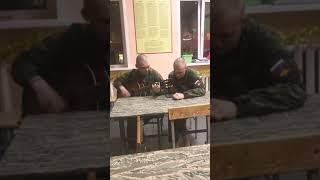 Армейские песни под гитару-целуйте бабы рельсы. Красиво поет.