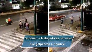 Mientras el hombre recibe una golpiza, una de las sexoservidoras toma el celular del afectado y huye