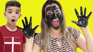 Lucas e a mamãe com o rosto e mãos pretas | My face and my hands are black - finge brincar