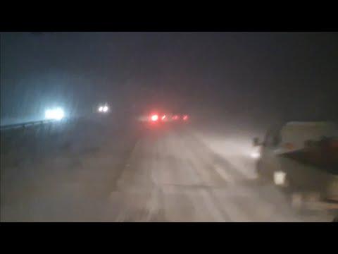 Трассу не видно,Попал в снежную бурю,гололёд
