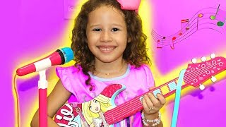 Valentina em uma HISTÓRIA ENGRAÇADA da guitarra de brinquedo da barbie
