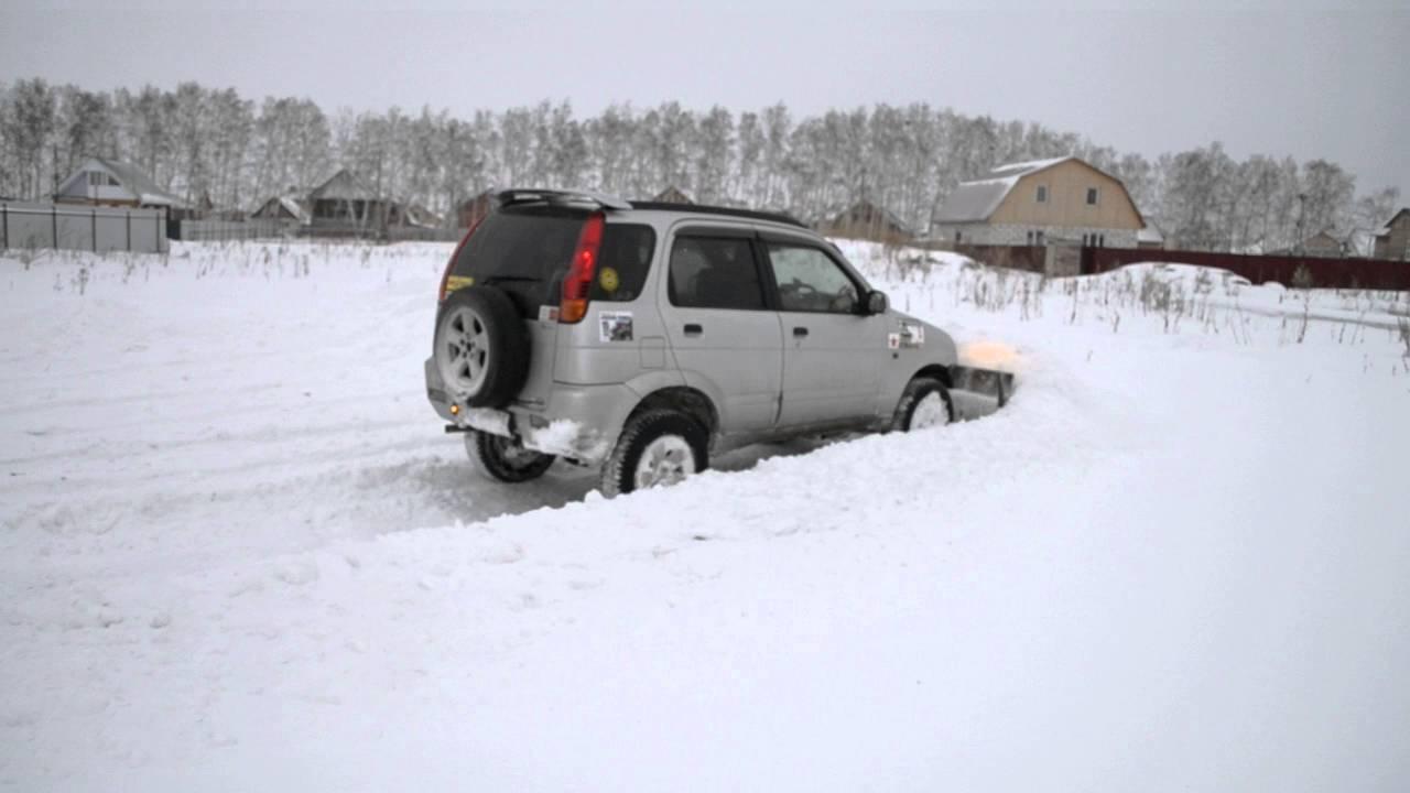 Уборка снега самодельным отвалом на Daihatsu Terios.