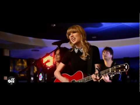"OFF LIVE - Taylor Swift ""Red"" Live On The Seine, Paris"