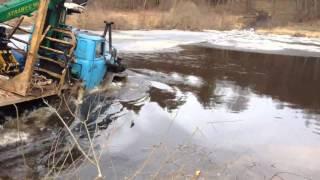 УРАЛ переплывает реку, военная техника России