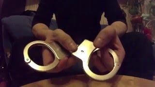 Как снять наручники. Как открыть наручники.