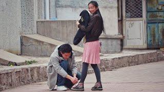 中国街头测试:美女请路人们帮忙系鞋带,没想到有人真的动手了!