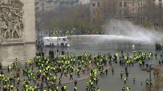 Champs-Élysées: affrontements entre policiers et