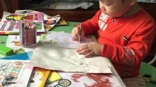 Xem bé 2 tuổi tô màu và nhận biết màu sắc