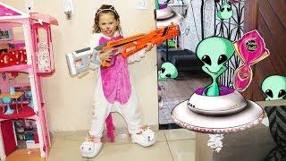 VALENTINA EM NERF WARS - CAÇA AOS OVOS DE PÁSCOA em Alien Invasion!
