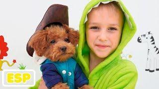 Nikita y mamá juegan al salón de mascotas y visten juguetes