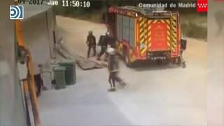 Los bomberos escapan de milagro de la explosión de la planta industrial de Arganda