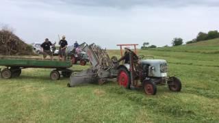 Gras auflegen mit einem Eicher Rekordlader