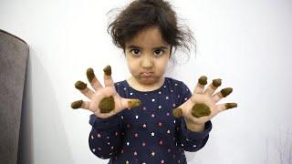 حطت على يدينها حنى العيد !!!