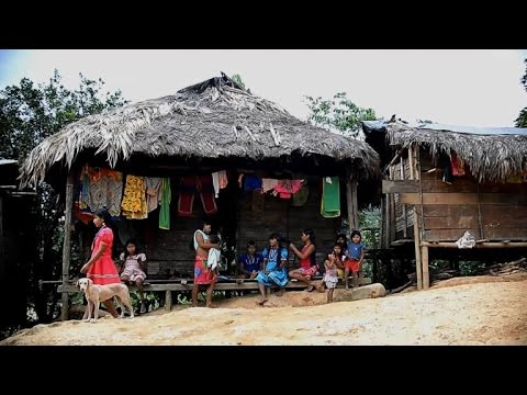 Displaced Colombian indigenous families struggle