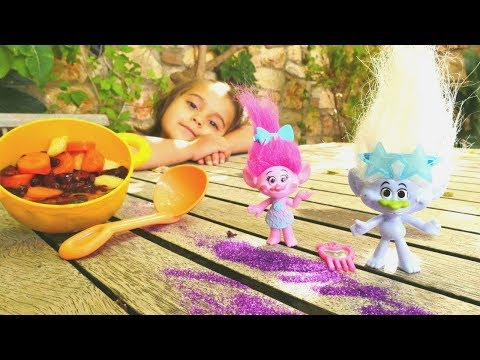 Troller oyuncakları ile oyunlar. Eğlenceli kız videosu