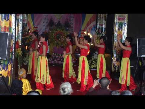 Múa ngày rằm tháng tư - phật tử chùa Hưng Long