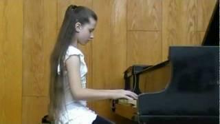 אנה דוידוב מנגנת בפסנתר בקונסבטוריון  גבעתיים