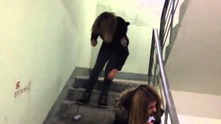 Две пьяные девушки на лестнице