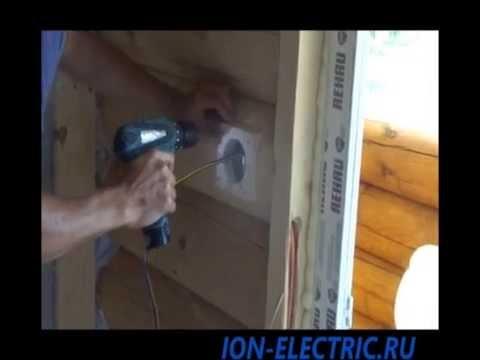 Электрика в деревянном доме - монтаж накладки на бревно.