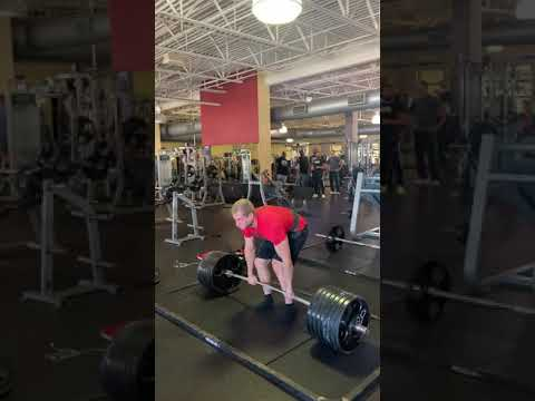 Deadlifting With The Whole Gym Mirin!