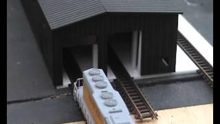 Test von Lokschuppen mit 4 Segmenttorantrieben in Spur Z (1:220).wmv