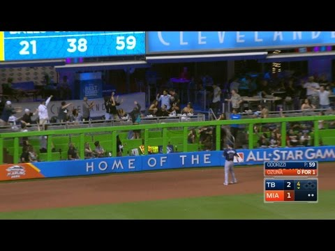 TB@MIA: Ozuna Smashes Homer, Fan Dives In To Pool