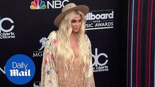 Kesha arrives in western get up to the 2018 Billboard Awards - Daily Mail
